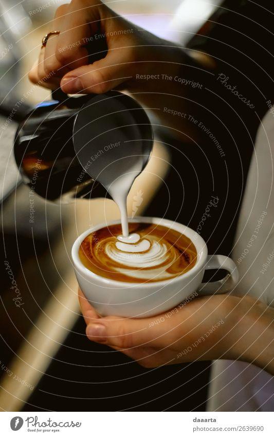Barista bei der Arbeit 2 Getränk Heißgetränk Kakao Kaffee Latte Macchiato Milchkaffee Café Kantine Becher Lifestyle elegant Stil Freude Leben harmonisch