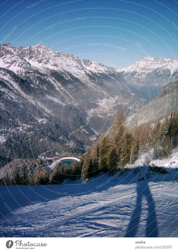 Bergab See Skipiste Baum Wald Berge u. Gebirge Schnee Schatten Blauer Himmel schipiste