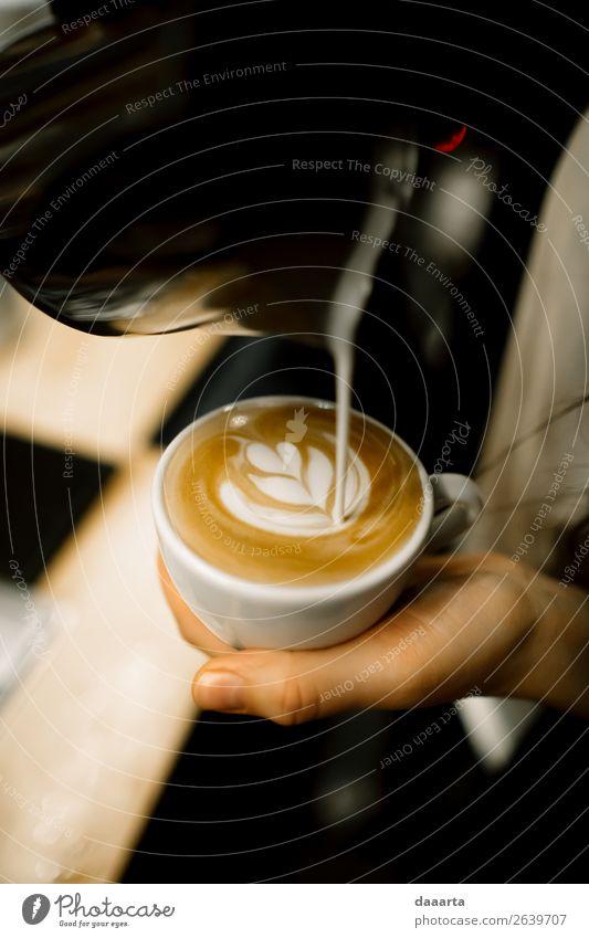 Barista bei der Arbeit Getränk Heißgetränk Kaffee Latte Macchiato Espresso Becher Kaffeetasse Lifestyle elegant Stil Design Freude Freizeit & Hobby Abenteuer