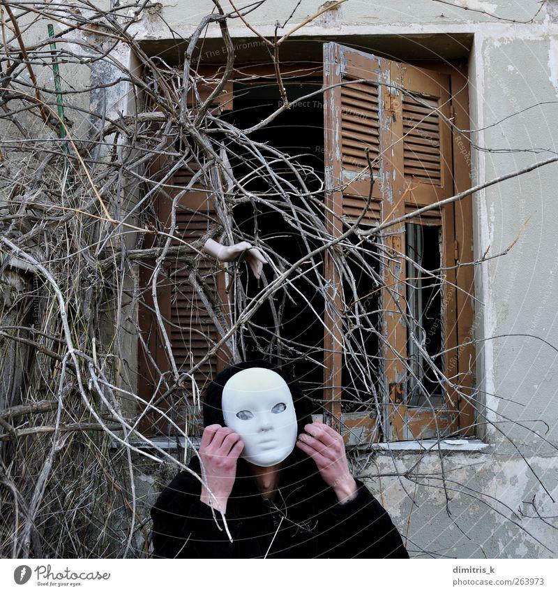 stiller Befehl Gesicht Haus Halloween Mensch Mann Erwachsene Hand 1 Pflanze Ruine alt gruselig Stimmung Angst Entsetzen bizarr Surrealismus Mundschutz Verlassen