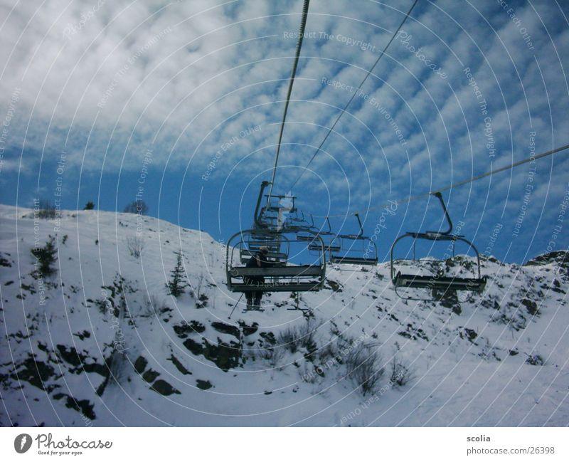 Lift in den Himmel Skier Skilift Wolken Altokumulus floccus Berge u. Gebirge schilift blau