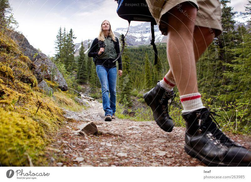 Mensch Frau Natur Sommer Erwachsene Wald Berge u. Gebirge Herbst Wege & Pfade Glück See Paar Freundschaft Zusammensein wandern Aktion