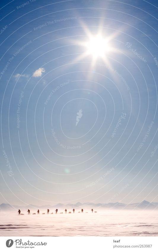 Mensch Himmel Mann weiß Winter Erwachsene Landschaft Schnee Berge u. Gebirge Wege & Pfade Eis Wind wandern Verkehr Ausflug Abenteuer