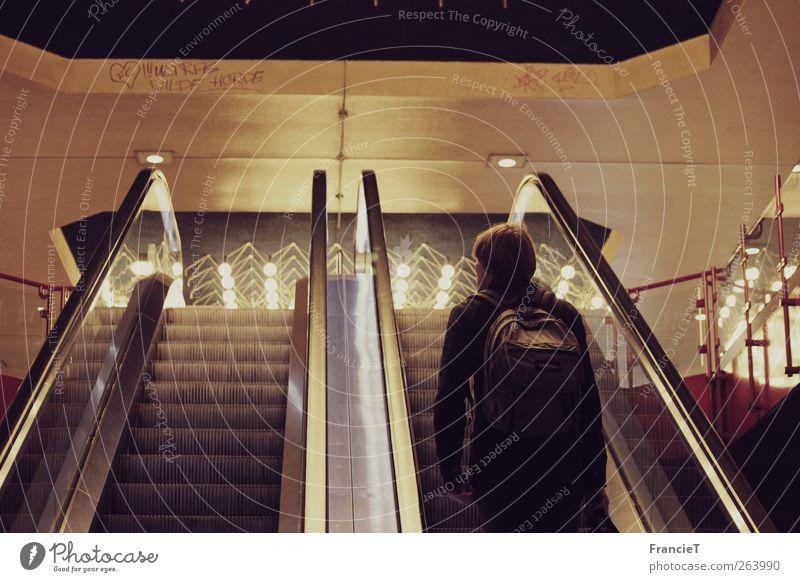 immer aufwärts maskulin Junger Mann Jugendliche 1 Mensch 18-30 Jahre Erwachsene Stadt Bahnfahren S-Bahn U-Bahn Bahnhof Bahnhofshalle Rolltreppe Stein Glas