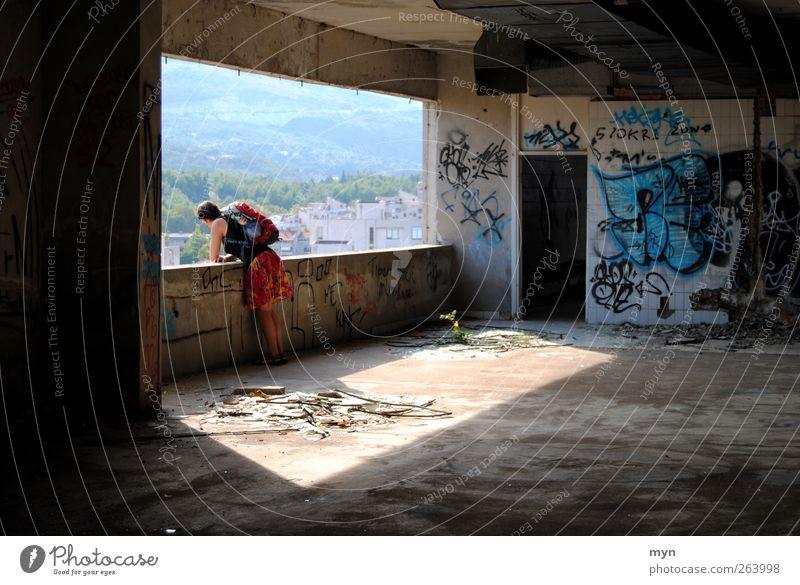 Mostar Mensch Frau Erwachsene 1 Haus Hochhaus Bankgebäude Ruine Gebäude Architektur Mauer Wand Fassade Balkon Rock Beton Graffiti bauen Häusliches Leben dreckig