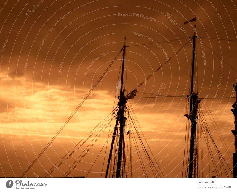 M.A.S.T. Wasserfahrzeug Wolken Segel Strommast Himmel Abend Sepia
