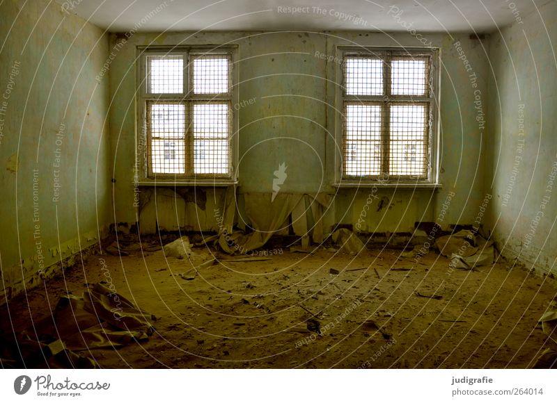 Garnison alt Haus Fenster dunkel Wand Mauer Gebäude Raum kaputt Wandel & Veränderung Vergänglichkeit Vergangenheit Verfall Ruine Gitter Modernisierung