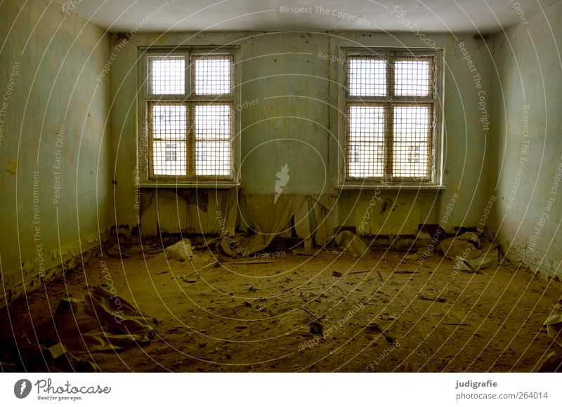Garnison Haus Ruine Gebäude Mauer Wand Fenster alt dunkel kaputt Verfall Vergangenheit Vergänglichkeit Wandel & Veränderung Raum Gitter Modernisierung Farbfoto