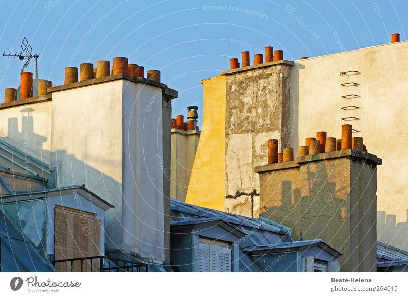 Auf den Dächern von Paris Häusliches Leben Wohnung Hauptstadt Gebäude Fenster Dach Stein schlafen blau gelb rosa Sympathie Mansarde Dachfenster Feuerleiter