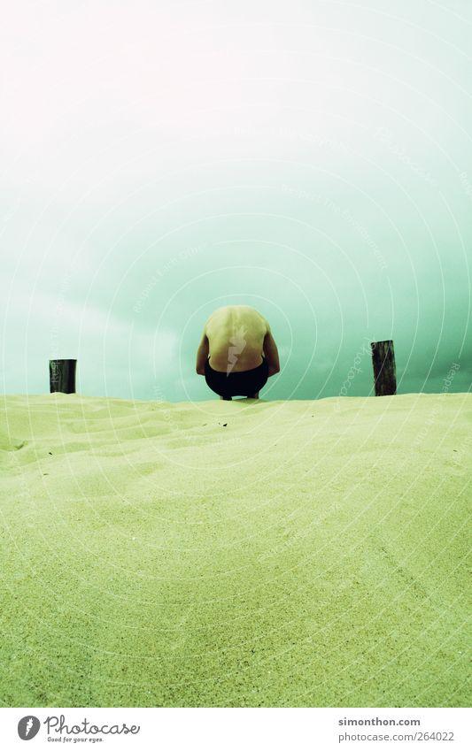 mann am meer 1 Mensch Sinnesorgane Mann Meer Sand Himmel Gewitter Sturm ruhig Ruhestand ruhen ruhend Ruhe bewahren Badehose ducken Farbfoto