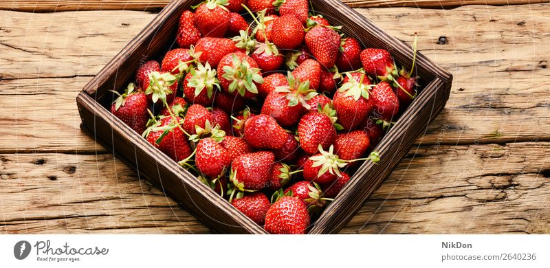 Schachtel Erdbeeren reif Lebensmittel Beeren rot Frucht frisch saftig süß organisch grün Gesundheit Nahaufnahme geschmackvoll Sommer Dessert Frische Blatt