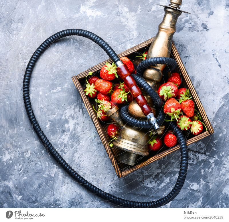 Stilvolle orientalische Shisha mit Erdbeere Wasserpfeifenrauch Tabak Beeren kalianisch Rauch Erdbeeren shisha Osten Erholung Frucht arabisch Mundstück Röhren