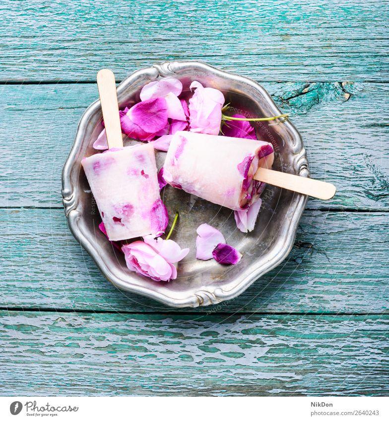 Speiseeis mit Geschmack einer Teerose Eiscreme Eisbecher Roséwein Blumen Entzug süß Dessert Lebensmittel Sahne Sommer gefroren kalt Molkerei cremig Blüte
