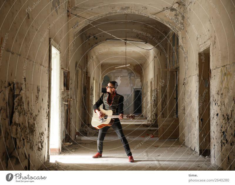 GuitarMan maskulin Mann Erwachsene 1 Mensch Musik Musiker Gitarre Traumhaus Ruine lost places Mauer Wand Tür Flur Jacke Sonnenbrille brünett kurzhaarig