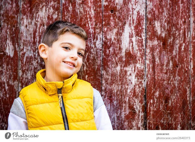 Kleines Kind mit einer gelben Weste vor einer alten roten Tür. Lifestyle Stil Glück schön Gesicht Mensch Baby Kleinkind Junge Kindheit 1 3-8 Jahre Mauer Wand