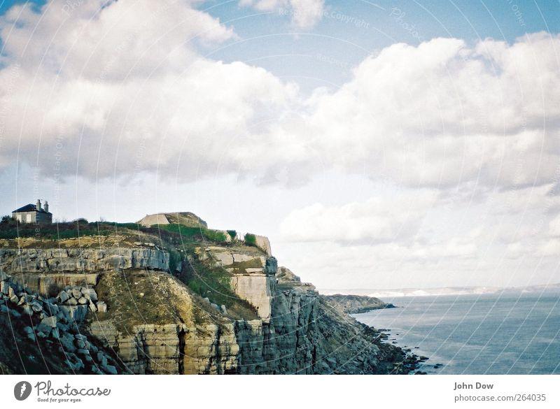 Haus an der See (II) Ferien & Urlaub & Reisen Ausflug Meer Insel Himmel Wolken Sträucher Küste Riff Menschenleer Dach Schornstein Ferne Unendlichkeit Sehnsucht