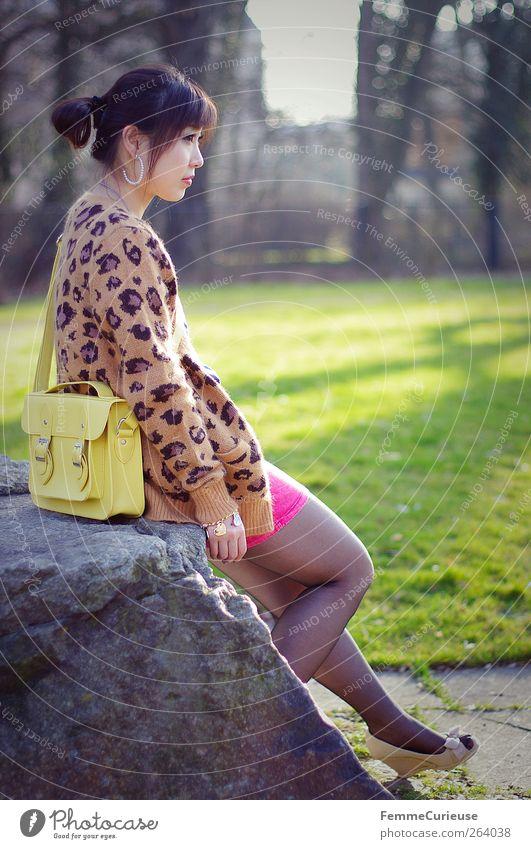 Spring Spring Spring IX Junge Frau Jugendliche Erwachsene Arme Beine 1 Mensch 18-30 Jahre Erholung Park Stein Asiate Mädchen Asien Chinese warten beobachten