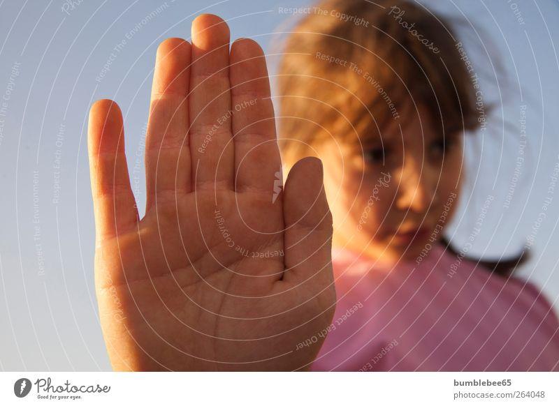 Halt Stop Mensch Kind Himmel blau Hand schön Mädchen feminin Gefühle Traurigkeit Denken Stimmung Kindheit blond Angst rosa