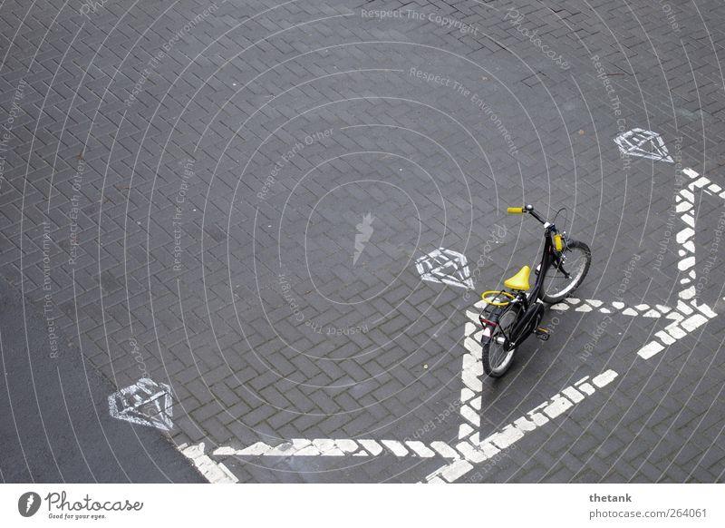 parKING weiß Stadt gelb Erholung Straße Zufriedenheit Fahrrad Schilder & Markierungen Coolness Gelassenheit parken Fahrradfahren Symmetrie Parkplatz König