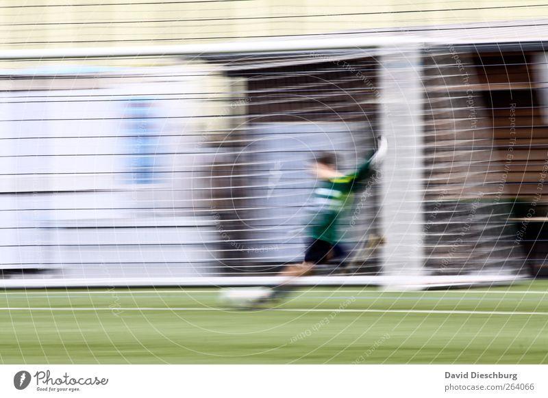 Spannung bis zum Schluss Mensch weiß grün Sport Linie Fußball einzeln Fitness Sportrasen Dynamik Sport-Training Sportveranstaltung Sportler Schuss Fußballplatz schießen