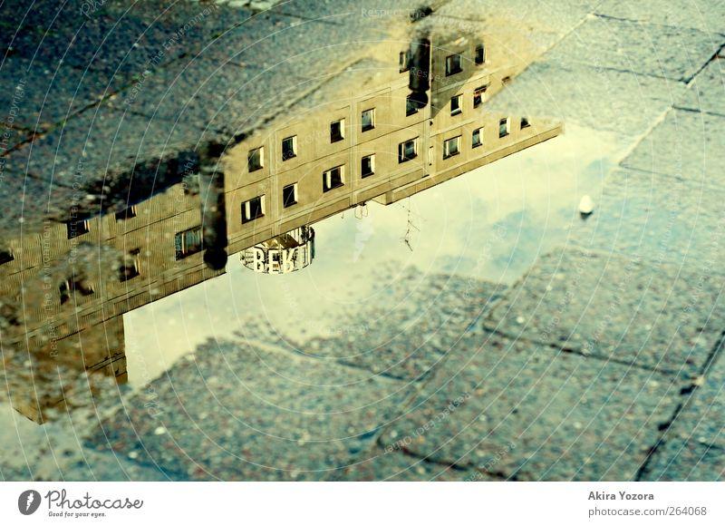 Nach dem Regen alt blau weiß Stadt schwarz Fenster Leben Berlin Wege & Pfade Zusammensein Fassade Häusliches Leben retro Schutz Berlin-Mitte Nostalgie