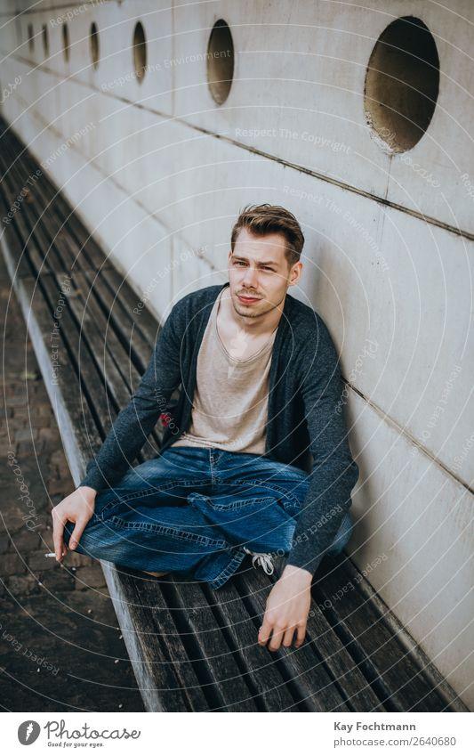 Porträt eines sitzenden Mannes auf einer Bank Sucht Erwachsener Vollbart lässig Kaukasier Zigarette cool Gesicht Typ Habitus gutaussehend Gesundheit Lebensstile