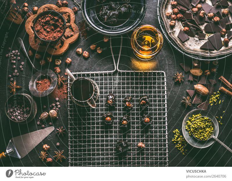 Zubereitung von hausgemachten Schokolade Pralinen Lebensmittel Kräuter & Gewürze Ernährung Festessen Geschirr Design Häusliches Leben Tisch Weihnachten & Advent