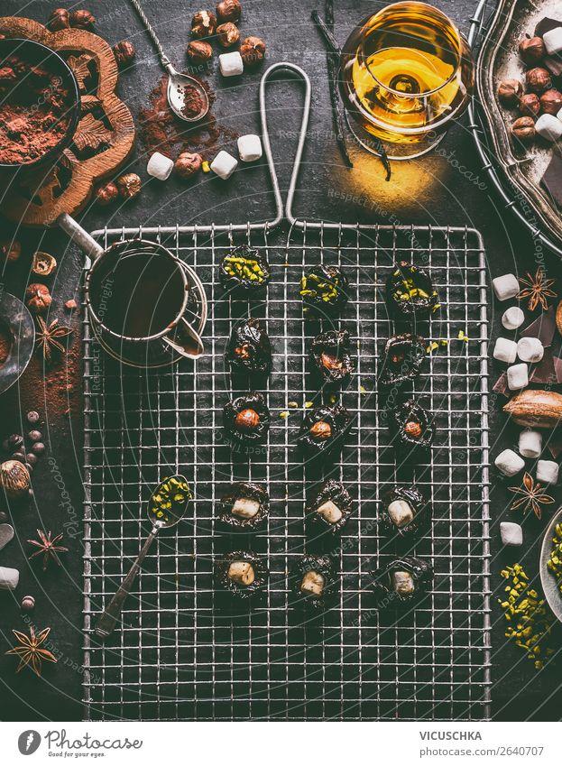 Zubereitung von hausgemachten Schokoladen Pralinen Lebensmittel Süßwaren Ernährung Festessen Geschirr kaufen Stil Design Tisch Weihnachten & Advent