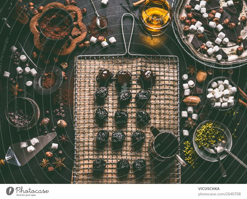 Selbstgemachte Pralinen mit Trockenpflaumen Lebensmittel Dessert Süßwaren Schokolade Ernährung Festessen Spirituosen Geschirr Stil Design Gesunde Ernährung