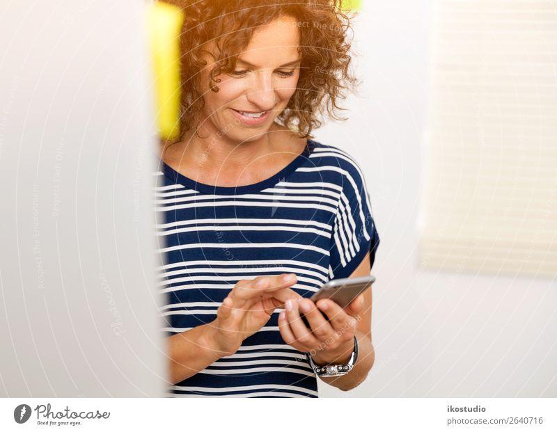 Frau Mensch alt Erwachsene Glück Business Arbeit & Erwerbstätigkeit Büro Design modern Technik & Technologie Lächeln sitzen Computer Telefon Beruf