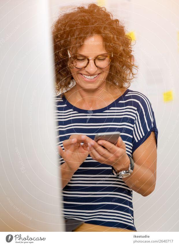 Frau Mensch alt Erwachsene feminin Glück Business Arbeit & Erwerbstätigkeit Büro Design modern Technik & Technologie Lächeln sitzen Erfolg Computer