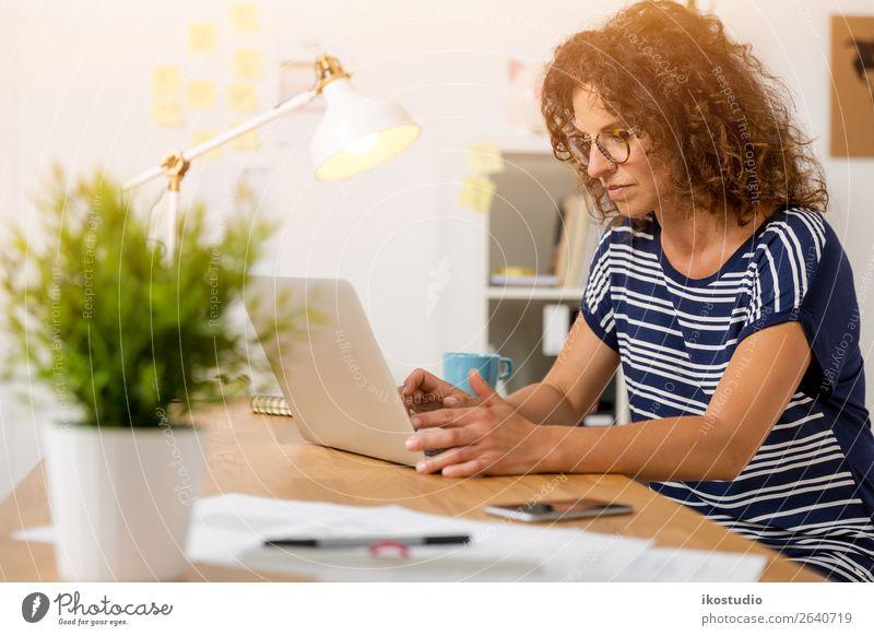 Frau Mensch alt Erwachsene Glück Business Arbeit & Erwerbstätigkeit Büro Design modern Technik & Technologie sitzen Erfolg Kreativität Computer schreiben