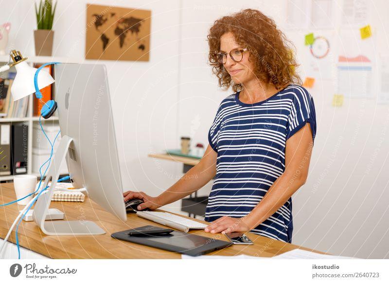 Designer im Büro tätig Glück Schreibtisch Erfolg Arbeit & Erwerbstätigkeit Beruf Arbeitsplatz Business Karriere Computer Bildschirm Technik & Technologie Mensch
