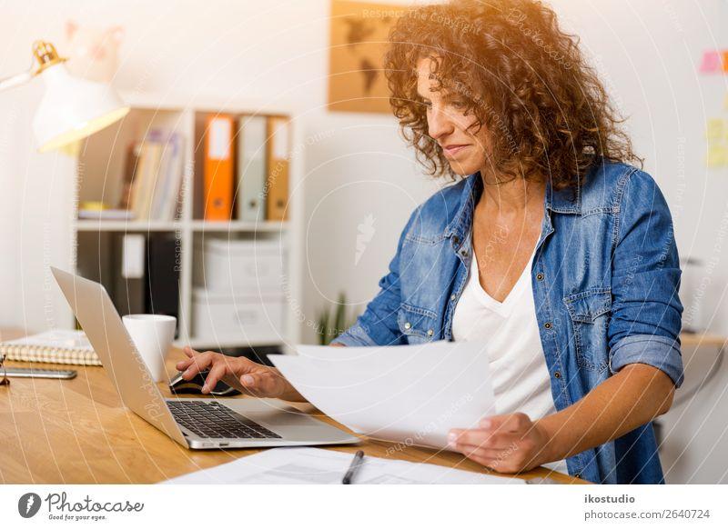 Frau, die im Büro arbeitet. Design Glück Schreibtisch Erfolg Arbeit & Erwerbstätigkeit Beruf Büroarbeit Arbeitsplatz Business Karriere Notebook