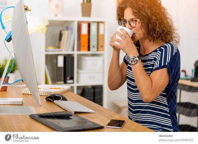 Kaffeepause bei der Arbeit trinken Design Glück Erholung Schreibtisch Erfolg Arbeit & Erwerbstätigkeit Beruf Arbeitsplatz Büro Business Karriere Computer