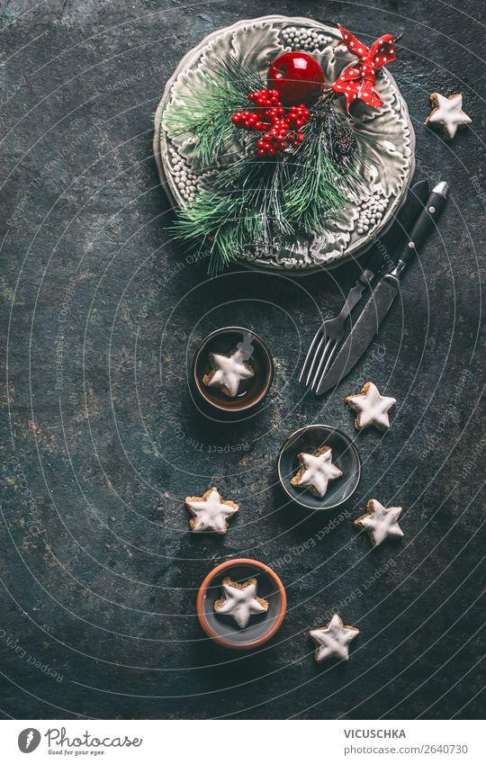 Weihnachtsessen Tischdekoration mit Zimtsterne Ernährung Festessen Geschirr Teller Besteck kaufen Stil Design Winter Häusliches Leben Wohnung einrichten