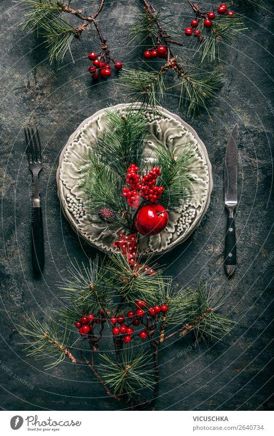 Tischdekoration mit Pinien Zweige für Weihnachten Festessen Geschirr Teller Besteck Stil Design Winter Dekoration & Verzierung Party Veranstaltung Restaurant