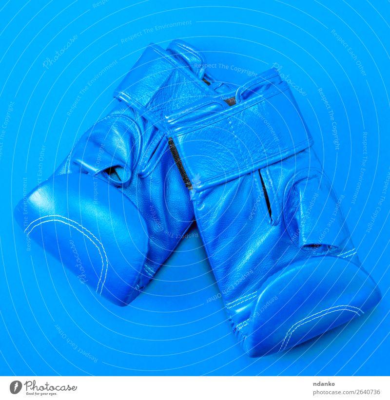 blaue Sportleder-Boxhandschuhe auf rotem Hintergrund Lifestyle Fitness Bekleidung Leder Handschuhe neu oben Schutz Farbe Konkurrenz Kreativität Kasten Boxer