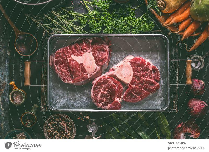 Rohes Rindfleisch Schienbein mit Knochen für Brühe oder Suppe Lebensmittel Fleisch Gemüse Eintopf Ernährung Bioprodukte Diät Geschirr Stil Design