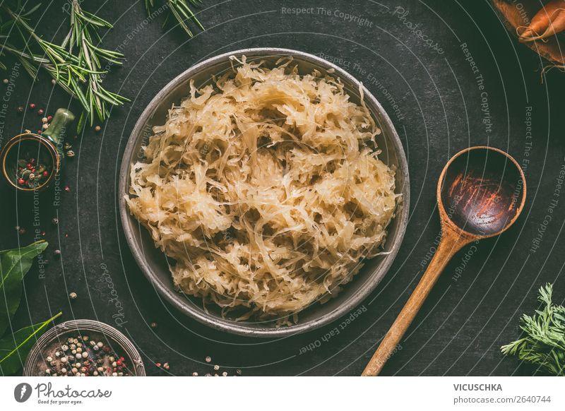 Sauerkraut mit Kochlöfel Lebensmittel Gemüse Ernährung Bioprodukte Vegetarische Ernährung Diät Geschirr Schalen & Schüsseln Löffel Stil Design Gesunde Ernährung