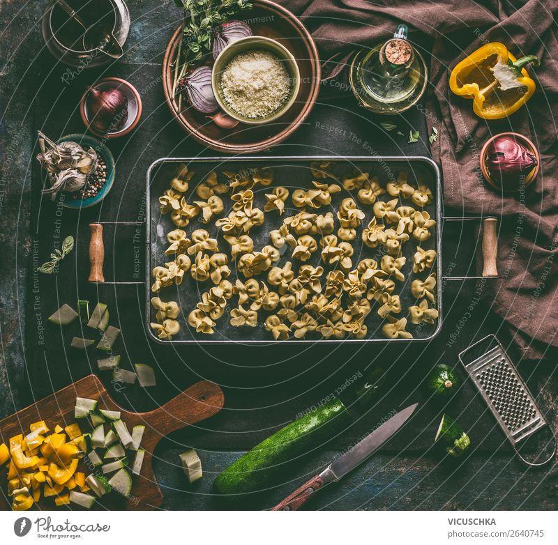 Vegetarische Tortellini auf dem Küchentisch mit Zutaten Lebensmittel Gemüse Teigwaren Backwaren Ernährung Mittagessen Abendessen Bioprodukte