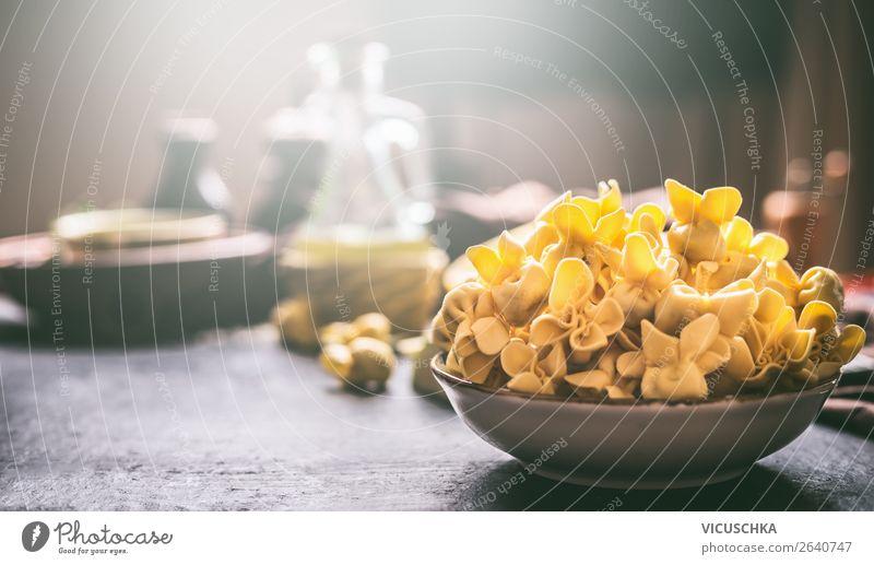 Schüssel mit frischen Tortellini Foodfotografie Lebensmittel Essen Hintergrundbild Stil Design Ernährung Tisch Backwaren Essen zubereiten mediterran Restaurant