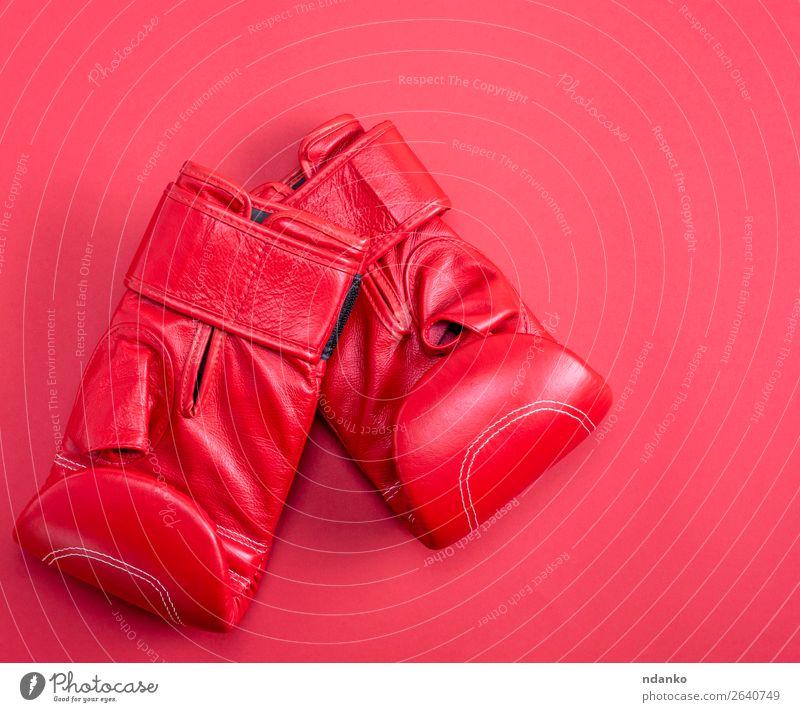 rote Sportleder-Boxhandschuhe auf rotem Hintergrund Lifestyle Fitness Bekleidung Leder Handschuhe neu oben Schutz Farbe Konkurrenz Kreativität Kasten Boxer