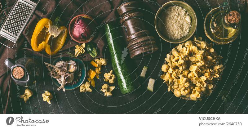 Vegetarische Tortellini mit Gemüse Zutaten Lebensmittel Teigwaren Backwaren Ernährung Mittagessen Abendessen Italienische Küche Geschirr Design
