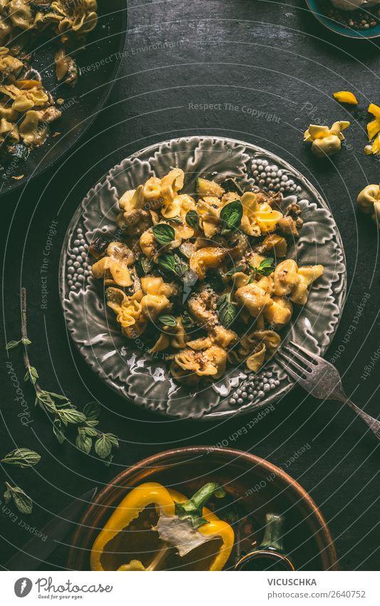 Vegetarische Tortellini mit Gemüsesoße Lebensmittel Ernährung Mittagessen Abendessen Italienische Küche Geschirr Teller Besteck Gabel Stil Design