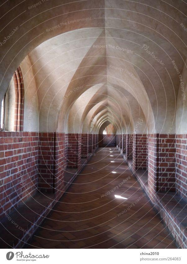 Kreuzgang - Marienburg Einsamkeit ruhig Fenster Wand Architektur Mauer Ordnung Kraft ästhetisch Kirche Europa Ewigkeit Macht Unendlichkeit Vergangenheit Bauwerk