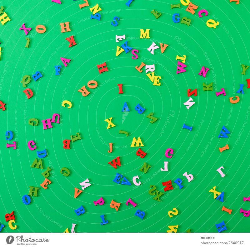 mehrfarbige Buchstaben des englischen Alphabets sind verstreut. Lifestyle Freude Kind Schule Spielzeug Holz lernen hell klein grün Farbe Idee Briefe Hintergrund