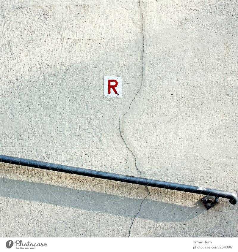 *NODREISENDER* - hier das verschwundene R weiß rot Wand Gefühle Bewegung grau Mauer gehen wandern Beton Schriftzeichen einfach Geländer Stahl Riss Wegweiser
