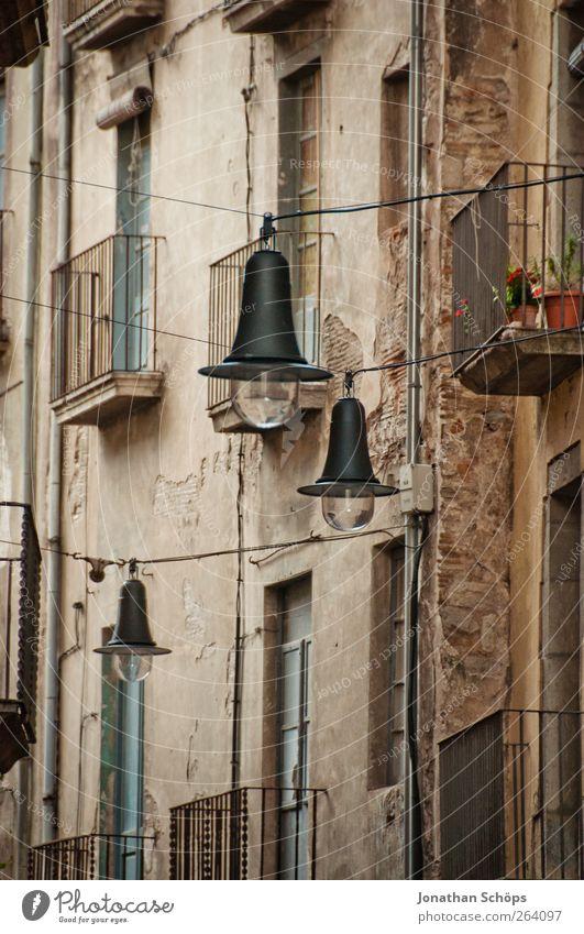 Girona V alt Stadt Haus Straße Fenster Wand Architektur Mauer Gebäude Lampe Beleuchtung Fassade Armut ästhetisch Kabel Laterne