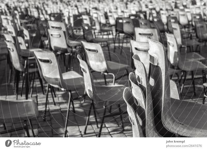 XXIV Rom - Freie Platzwahl Stuhl Sessel Plastiksessel Schwarzweißfoto Sitzgelegenheit Petersplatz Einsamkeit Ruhe verlassener Ort Menschenleer Außenaufnahme